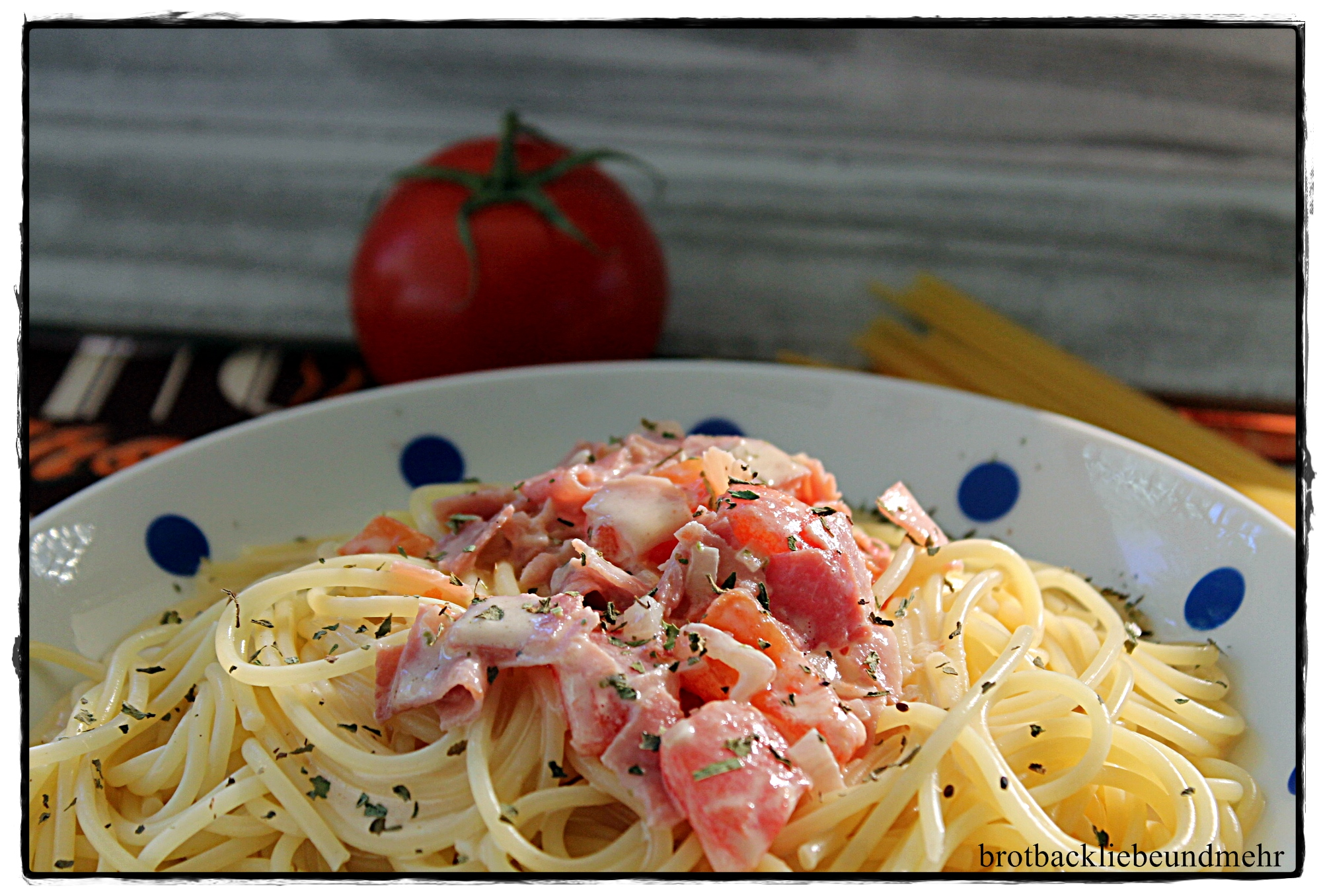 Spaghetti in Käse-Tomaten-Schinken-Soße