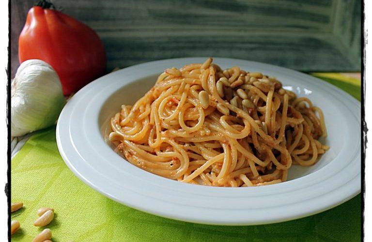 Spaghetti mit Paprika-Tomaten-Pesto