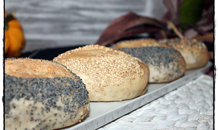 Baguettebrötchen mit Mohn und Sesam