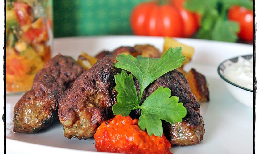 Ćevapčići mit Tzatsiki und Tomaten-Gurken-Salsa