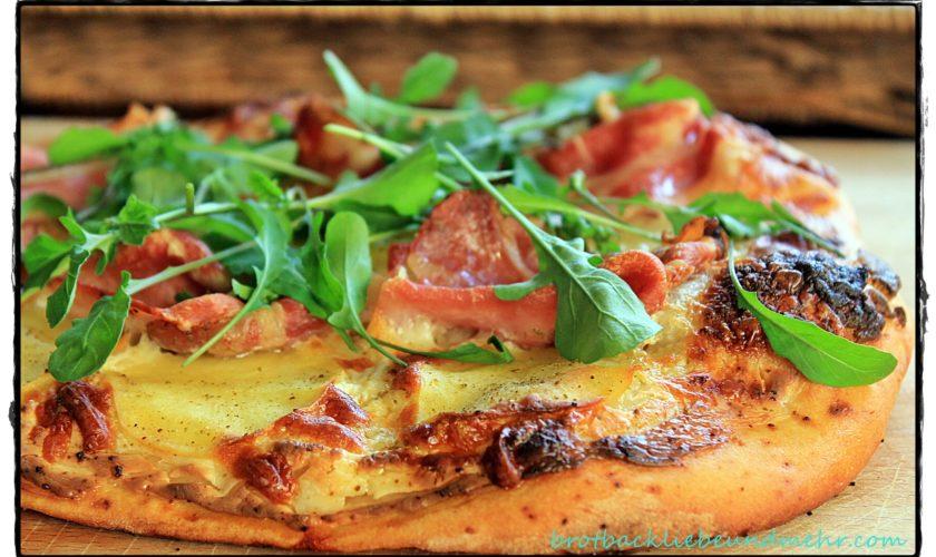 Pizza Bianca mit Kartoffeln, Bacon und Rucola