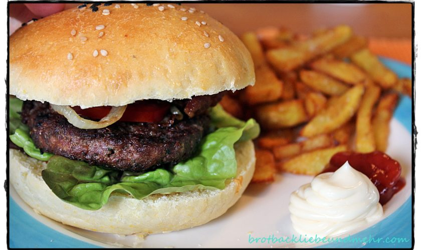 Hamburger mit selbst gemachten Hamburger-Buns