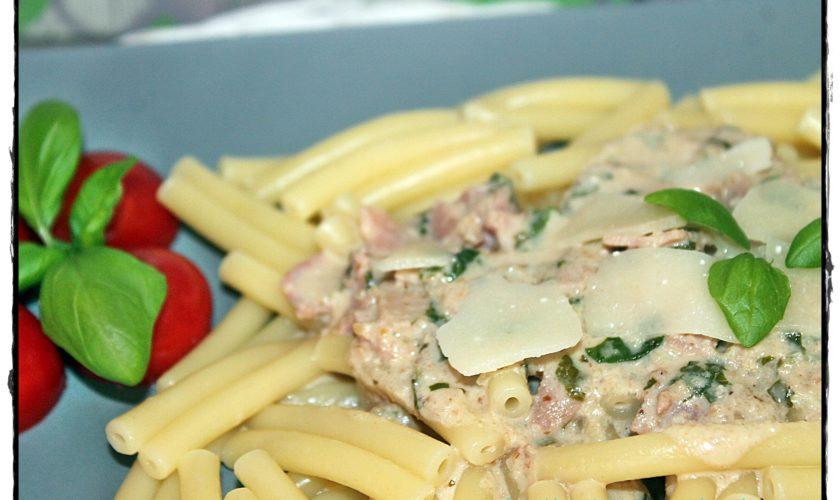 Pasta mit Walnuss-Basilikumsoße und Schinken