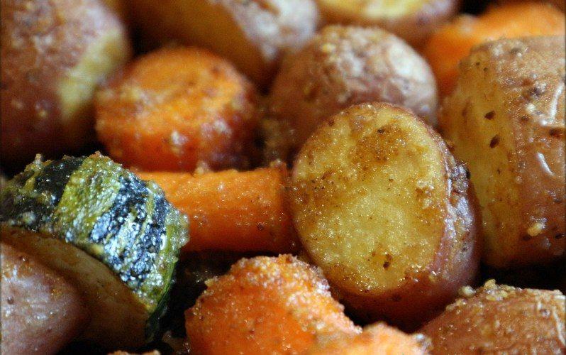 Knusprige Backofenkartoffeln mit Gemüse