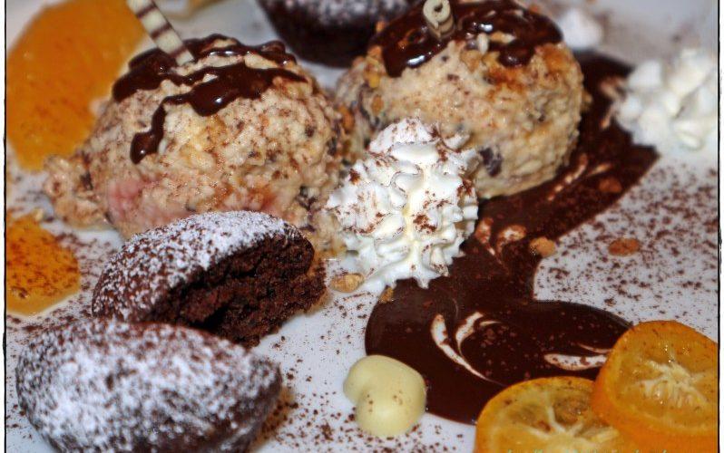 Amarettini-Mousse mit Schoko-Gewürz-Törtchen und Schokoladensoße