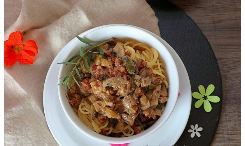 Pasta mit Speck-Zucchinisoße und Champignons