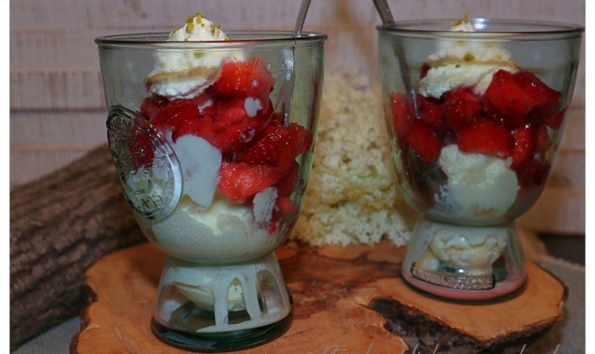 Frozen Holunderjoghurt mit Erdbeeren
