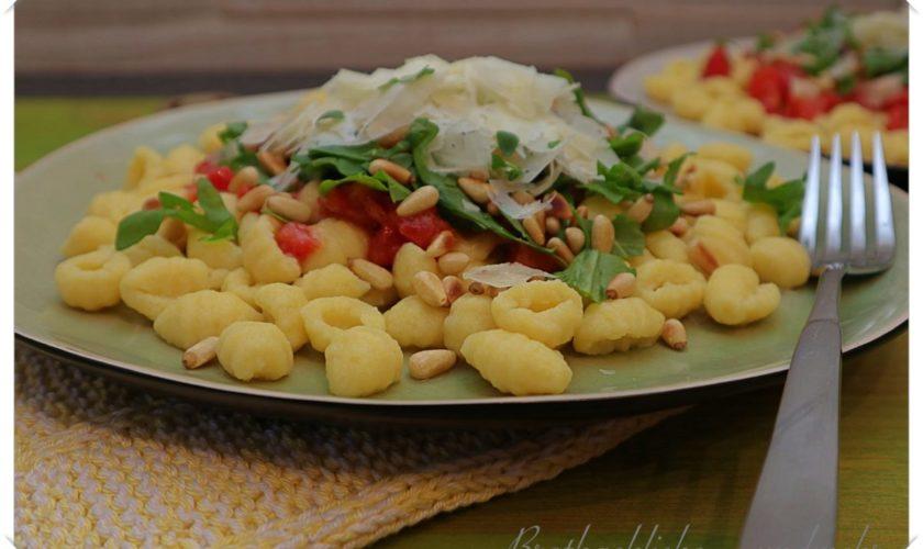 Kartoffel-Gnocchi aus dem Pastamaker – mit geschmelzten Tomaten, Pinienkernen, Rucola und Pecorino